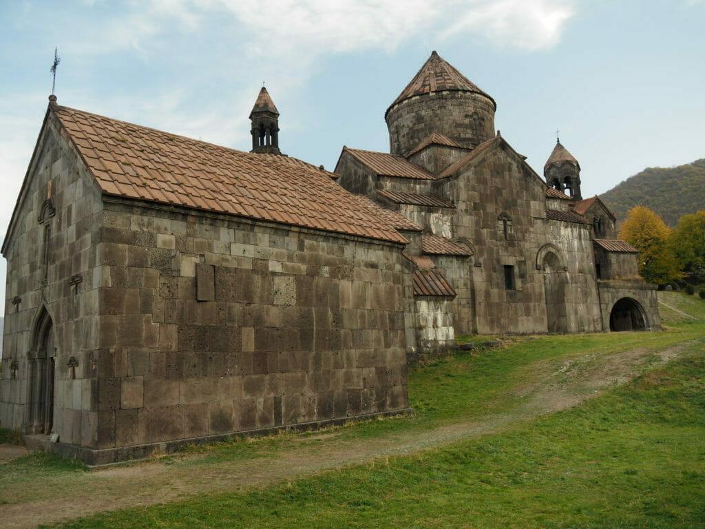 felsen mit kloster oben drauf in georgien